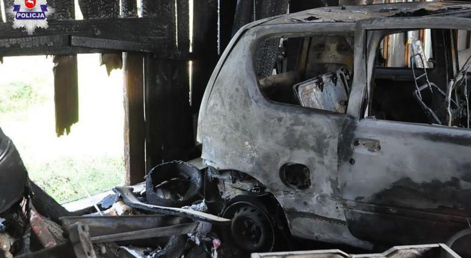 Pożar stodoły z samochodem w środku