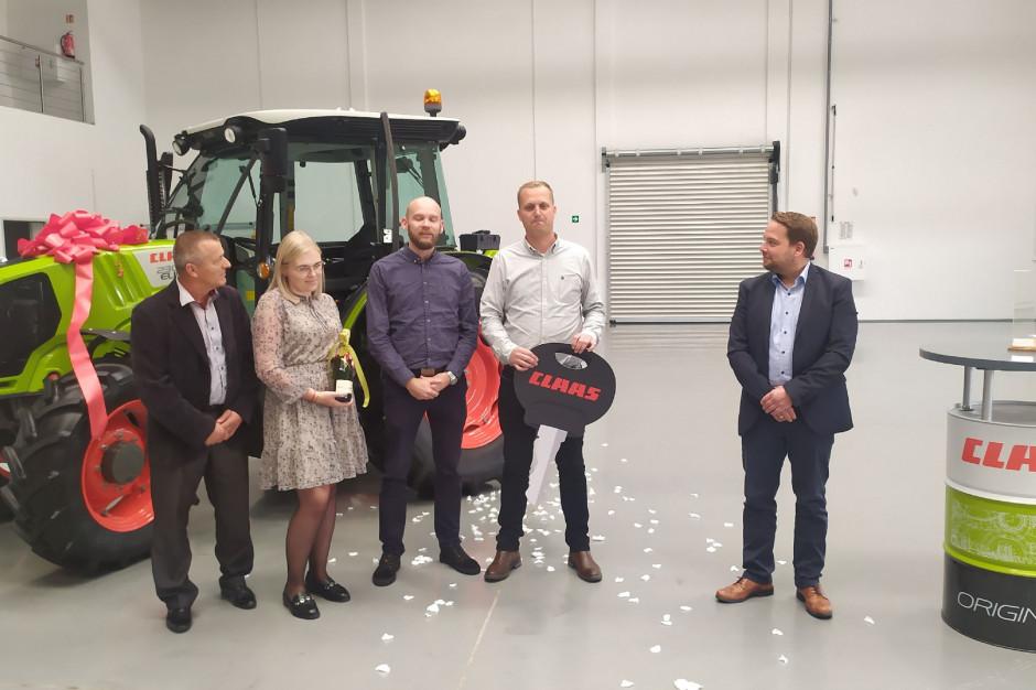 Nagrodę przedstawicielom firmy Goodvalley wręcza prezes Claas Polska Christian Haake (pierwzy z prawej); fot. KW