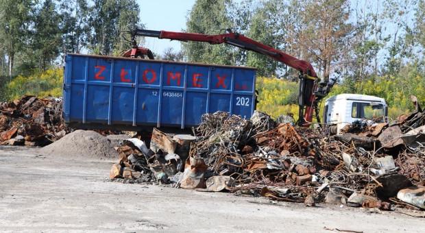 Sprzątają pogorzelisko po nielegalnym składowisku śmieci w Nowinach