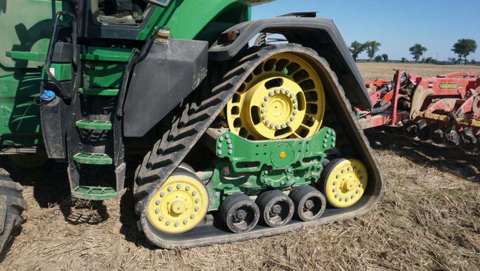 Fabryczne gąsienice w 8RX wymagały dużej przebudowy ciągnika w stosunku do wersji kołowej