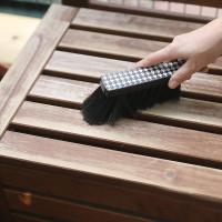 Po przeszlifowaniu, powierzchnię koniecznie trzeba dokładnie odpylić. Najłatwiej zrobić to za pomocą małej zmiotki, ewentualnie szmatki, którą można lekko zwilżyć. Foto. V33