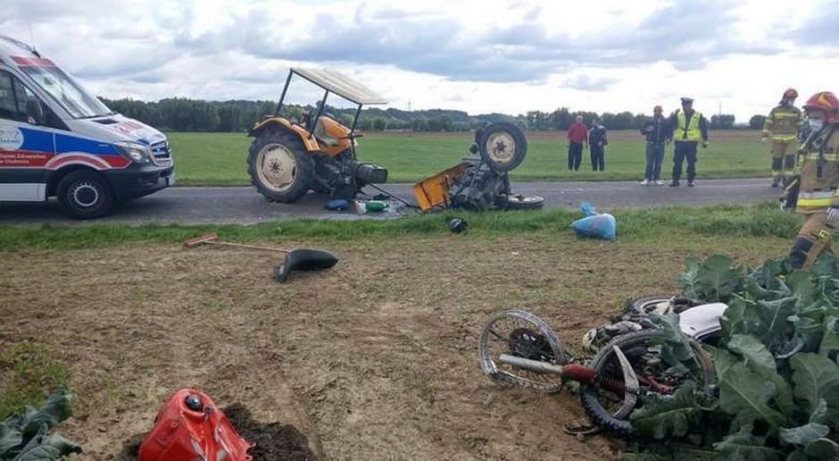Zderzenie ciągnika z motocyklem, ranni kierowcy
