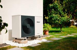 Planując instalację z pompą ciepła, która ma również chłodzić budynek, należy wziąć pod uwagę wymaganą moc do chłodzenia pomieszczeń, która często jest wyższa niż w przypadku ogrzewania. Foto. Vaillant