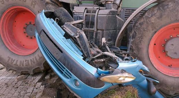 Ciągnik zmiażdżył samochód. Zginęła kierująca autem