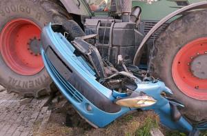 Auto zostało zmiażdżone przez ciężki traktor, Foto: OSP Zawidz