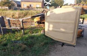 Traktor wywrócił się po zderzeniu z pociągiem, Fot: OSP Zawidz
