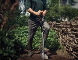Najczęściej glebę przekopuje się szpadlem i najlepiej zrobić to jesienią. Gleba jest wówczas poddana strukturotwórczym działaniom mrozu i śniegu, które sprzyjają rozbiciu jej na mniejsze grudki i polepszeniu jej struktury. Foto. Fiskars Foto. Fiskars