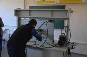 Jeden z kandydatów podczas rozwiązywania zadania konkursowego na stanowisku dydaktycznym z hydrauliki.