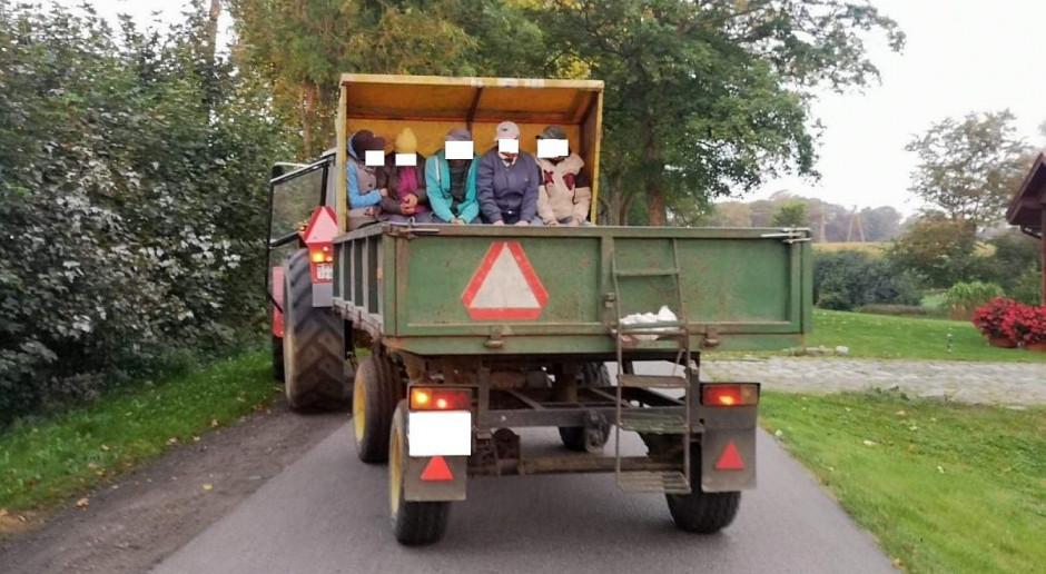 Traktorzysta wiózł na przyczepie pięć osób