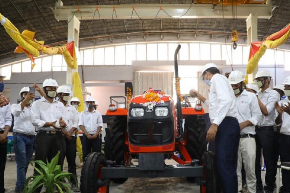 Pierwszy ciągnik marki Kubota opuszcza linię produkcyjną indyjskiej fabryki w mieście Faridabad, fot. mat. prasowe