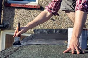 Podczas napraw uszkodzeń, gdy na zewnątrz pada deszcz lub panują niskie temperatury (od 0°C), należy zastosować bitumiczną masę naprawczą (na bazie rozpuszczalników organicznych). Taki środek charakteryzuje się wysoką przyczepnością zarówno do suchych, jak i mokrych podłoży, a największym jego atutem jest natychmiastowa odporność na działanie deszczu. Foto. Ultrament