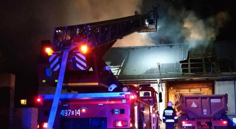 Strażacy gasili pożar, a sąsiedzi ratowali dobytek rolnika