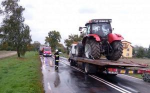 Po zderzeniu z ciężarówką traktor pojechał do serwisu na lawecie, Foto: PSP Hrubieszów