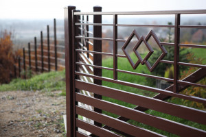 W przypadku ogrodzeń stalowych, kolor nadaje im wierzchnia powłoka malarska. Foto. Plast-Met