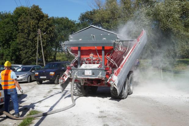 """Pompowanie wapna z cysterny eliminuje proces załadunku ładowarką, ale potrzebna jest dobra koordynacja dostaw i wysiewu. Jak widać, pylenia nie da się całkowicie wyeliminować nawet podczas """"tankowania"""", fot.kh"""