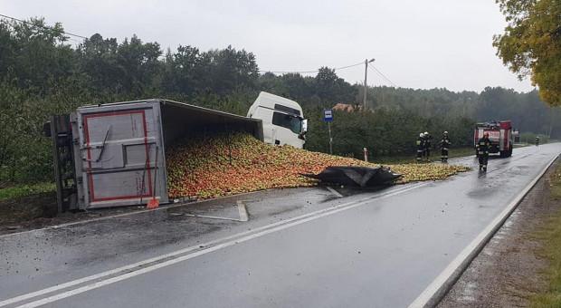 Przewróciła się ciężarówka z jabłkami