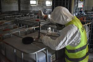 W ujawnionych zbiornikach znajdują się groźne chemikalia, Foto: Policja