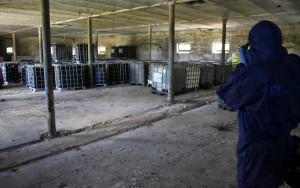 W budynkach gospodarczych znaleziono sto zbiorników z różnego rodzaju substancjami, Foto: Policja
