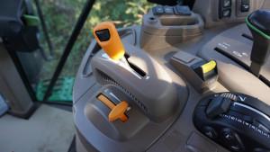 Seria 6M dostępna jest teraz również z przekładnią bezstopniową AutoPowr. Nawigacja Auto Trac może mieć mniejszy monitor na słupku, co pozwala sporo zaoszczędzić na wyposażeniu