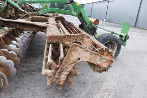 Rolnik zdecydował się na wał tandem, wskład którego wchodzi przedni wał rurowy ośrednicy 580 mm oraz tylny wał strunowy ośrednicy 320 mm
