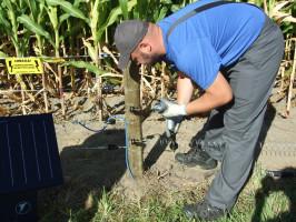 Przy budowie stałego ogrodzenia na linie pod napięciem najlepiej sprawdzą się druty ośrednicy 2mm ioporności wynoszącej 0,16Ω/m. Foto. Pomelac