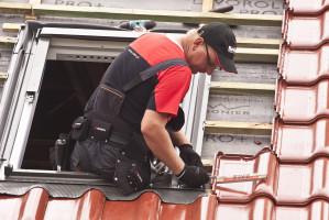 Ceramiczne pokrycia dachowe nie tracą koloru, a dzięki modułowości mogą swobodnie pracować na konstrukcji, co zmniejsza naprężenia oraz ryzyko pęknięć, a także prawdopodobieństwo zerwania ich podczas wichur