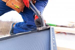 Podczas montażu blachodachówki ciętej na wymiar należy przede wszystkim pamiętać o sprawdzeniu geometrii dachu