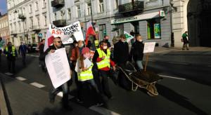 Protesty rolnicze - blokady i obornik pod biurem poselskim