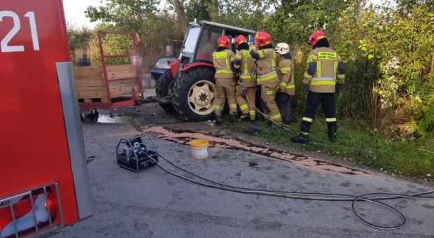 Audi wbiło się w traktor, rolnik uwięziony w pojeździe