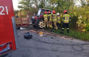 Strażacy musieli użyć specjalistycznych narzędzi, by wydostać traktorzystę z kabiny, Foto: KP PSP Sandomierz