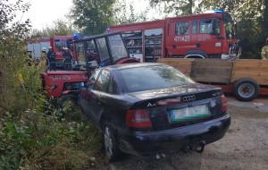 Audi dosłownie wbiło się w traktor,  Foto: KP PSP Sandomierz