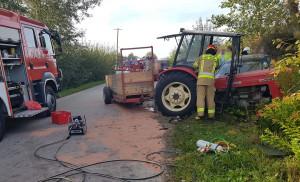 Ciągnik pękł w wyniku uderzenia,  Foto: KP PSP Sandomierz