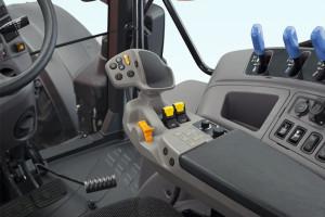 We wnętrzu kabiny ciągników serii M6002 uwagę przykuwa zupełnie nowy wielofunkcyjny dżojstik, który umożliwia m.in. sterowanie skrzynią biegów fot. Kubota