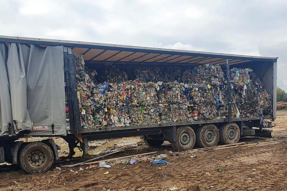 Odpady były składowane m.in. na starych naczepach ciężarowych, Fot. Policja