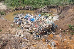 Dwóch mężczyzn zatrzymano, gdy zakopywali nielegalnie zwiezione odpady w ziemi, Fot. Policja