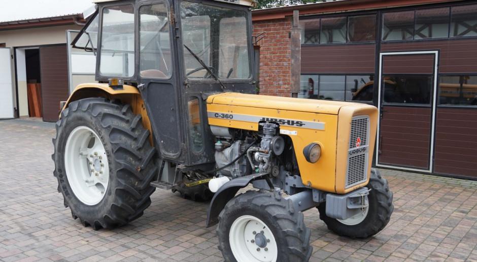 Bez pytania zabrał traktor, żeby wyciągać drugi z błota