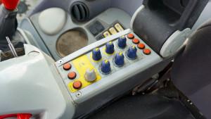 Wpodłokietniku schowano przyciski ipokrętła m.in. do ustawiania pracy iprogramowania zaworów hydrauliki zewnętrznej