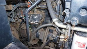 Silnik ma nieco niestandardową konstrukcję, m.in. napęd rozrządu od strony skrzyni biegów