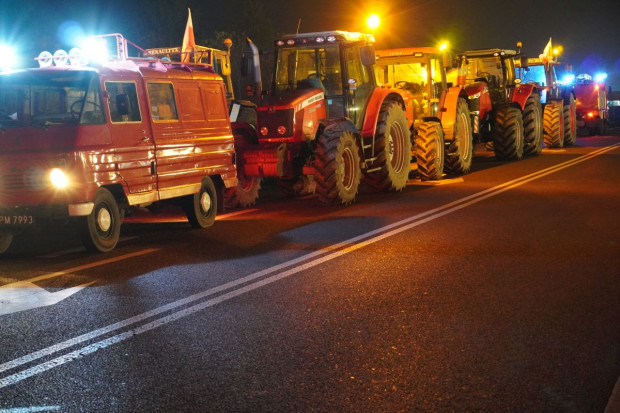 Rolnicy zablokowali traktorami skrzyżowanie w Warszawie