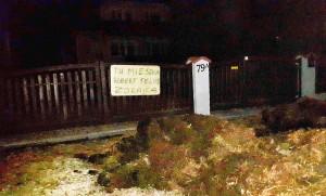 Obornik i baner od rolników przed domem posła R. Telusa, Foto: Nadesłane