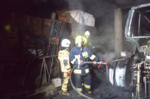 Pożar maszyn w gospodarstwie gasiło 28 strażaków, Foto: PSP Bielsk Podlaski
