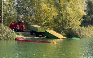 Strażacy wyciągali zatopiony transport ze zbożem, Foto: NWOPR
