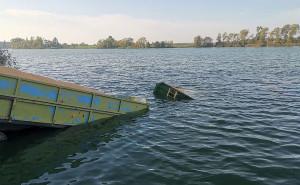 W chwili przybycia ratowników ciągnik i pierwsza z przyczep znajdowały się już całkowicie pod poziomem wody