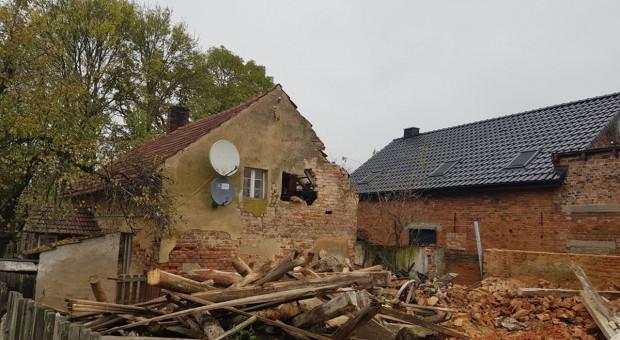 Zawaliła się stodoła, zniszczony dom