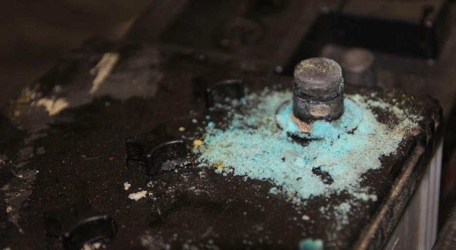 Słupek akumulatora pokryty śniedzią trzeba dokładnie oczyścić, fot. AŁ