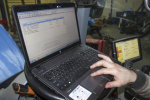 W przypadku zakupu używanej maszyny bardzo ważnym elementem weryfikacji jej stanu jest szczegółowa diagnostyka komputerowa. Taką usługę zapewniają serwisy dealerskie danej marki
