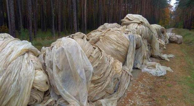 Zwały folii rolniczej zablokowały leśną drogę