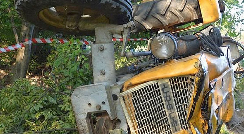 Traktorzysta wjechał na płot i uciekł piechotą