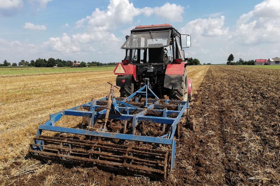 Podstawową maszyną uprawową w gospodarstwie jest kultywator ścierniskowy o szerokości roboczej 2,2 m