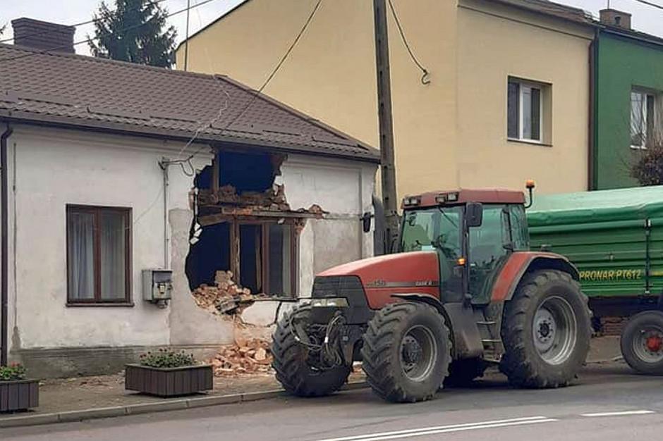 Pojazdy wybiły w murze budynku duży wyłom, Foto: OSP Lubraniec